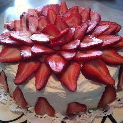 Aardbeien-slagroomtaart met frambozenlaag recept - Recepten van Allrecipes