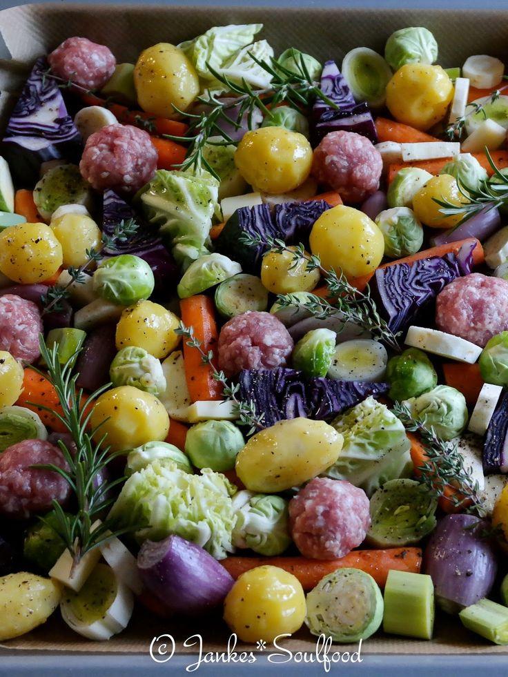 Winterliches Ofengemüse mit Hackbällchen und Kräuterquark.