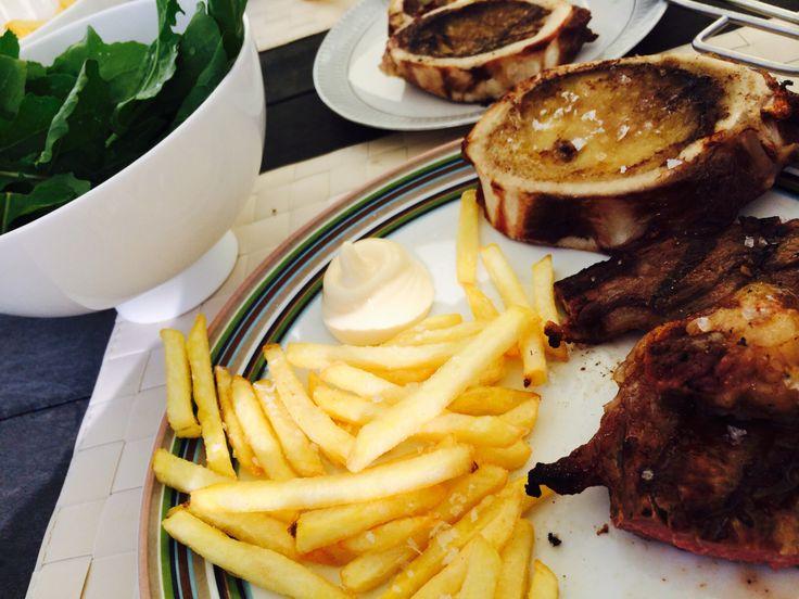 Cote de l'os mergpijp met frites en rucola
