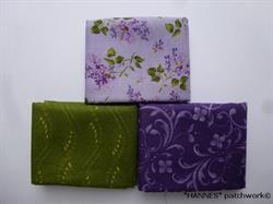 En lys lilla med små buketter af syrener, en lilla og en grøn - begge to med et lille mønstret.