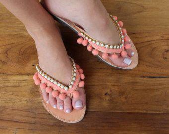 Sandalias de Pom Pom. Sandalias de cuero griego. Aqua y gris zapatos de verano. Sandalias hechas a mano. Sandalias de moda de playa. Cristales de Swarovski  Se trata de un par de sandalias únicas, con griego cuero genuino del ante y decorados con pompones gris cinta y aqua Rhinestones del Swarovski.  No hay medios... Recomiendo tomar el tamaño más grande si usted está entre los 2 tamaños.  Visita mi tienda para los más pequeños cosas ♥ ♥ ♥ http://www.etsy.com/shop/lizaslit...