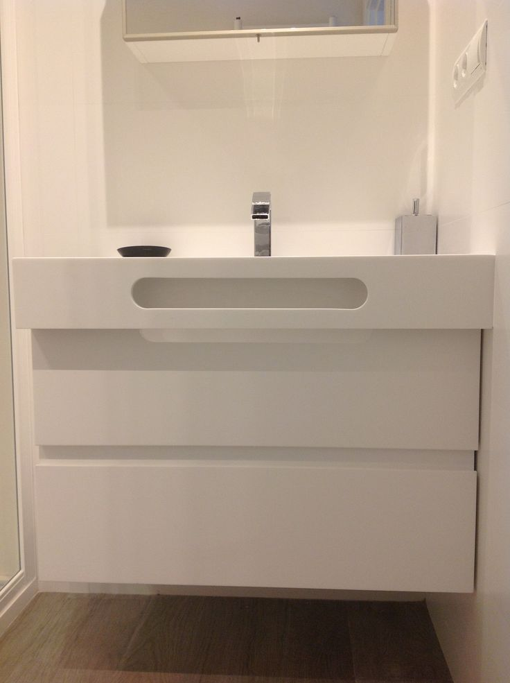 Lavabo en acabado KRION de PORCELANOSA. con toallero incorporado.
