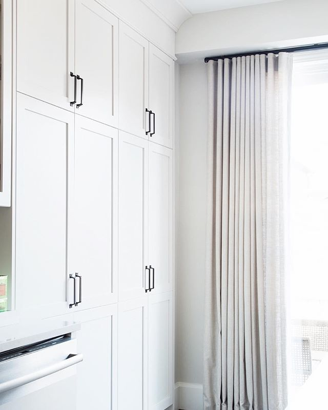 {New blog post} How crown moulding can make a room look more expensive with @officialmetrie. Link in profile. One reader thought my kitchen cost $75K! 😳Read all about it in my post. #mymetrie #interiorfinishings #cdnblogsquad #pursuepretty #myhousebeautiful #hbloveskitchens #oneroomchallenge #whitekitchen #smmakelifebeautiful 📷 @ashleycapp