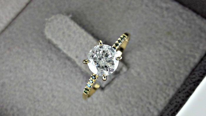 Prachtige 14 kt geelgouden ring met rond briljant geslepen diamanten van 1.02 ct - geen reserveprijs  Mooie gele gouden ring met: 1 uitstekende centrale natuurlijke diamant van mooie kwaliteit briljant geslepen van 096 ct.Grootte: ronde briljante knippen.Kleur: D.Kwaliteit: I1 - I2 12 kleine zijdelingse natuurlijke diamanten van mooie kwaliteit ronde gesneden van 006 ct.Cut: rondeKleur: mooie groeneKwaliteit: VS.Band: 14 kt geel goud (585/1000) - grootte van de ring 169 mm = 53 FransGoud…