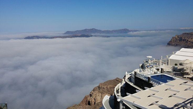 Όσοι βρέθηκαν στη Σαντορίνη είδαν την θάλασσα να εξαφανίζεται μπροστά απο τα μάτια τους καθώς τα σύννεφα κάλυψαν όλη την επιφάνεια τηςδημιουργώντας ένα φανταστικό τοπίο!  πηγη Athensmagazine.gr Εδώ σχολιάζεις εσύ Σχόλια
