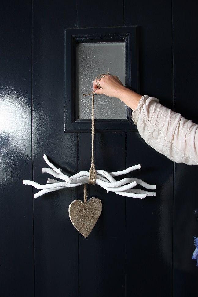 Deur of raam hanger gemaakt van witte decoratietakken for Houten decoratie voor raam