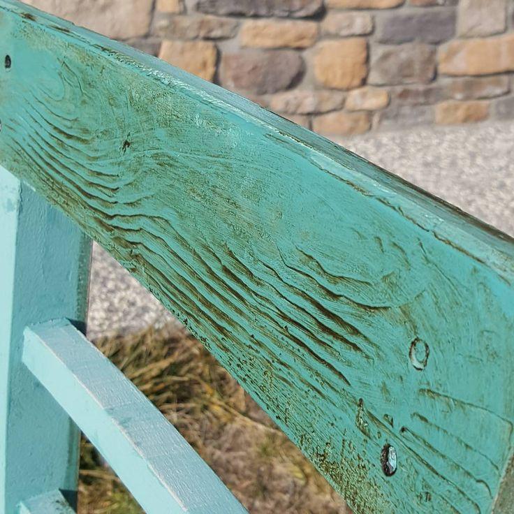 Chalk paint ile eskitme ahşap etkisi Renk müthiş: provance bu efekti her çeşit yüzeyde elde etmeniz mümkündür. Yüzeyi önce yoğun boya ile boyadık ve ahşap desen tarağı ile dokuyu verdik. Son olarak dark wax uyguladık #anniesloan #chalkpaint #chalkpaintturkiye #damavintage #damakonsept #damapaint #eskitmemobilya #eskitme #diy #distressed #woodeffect #ahsapboyama