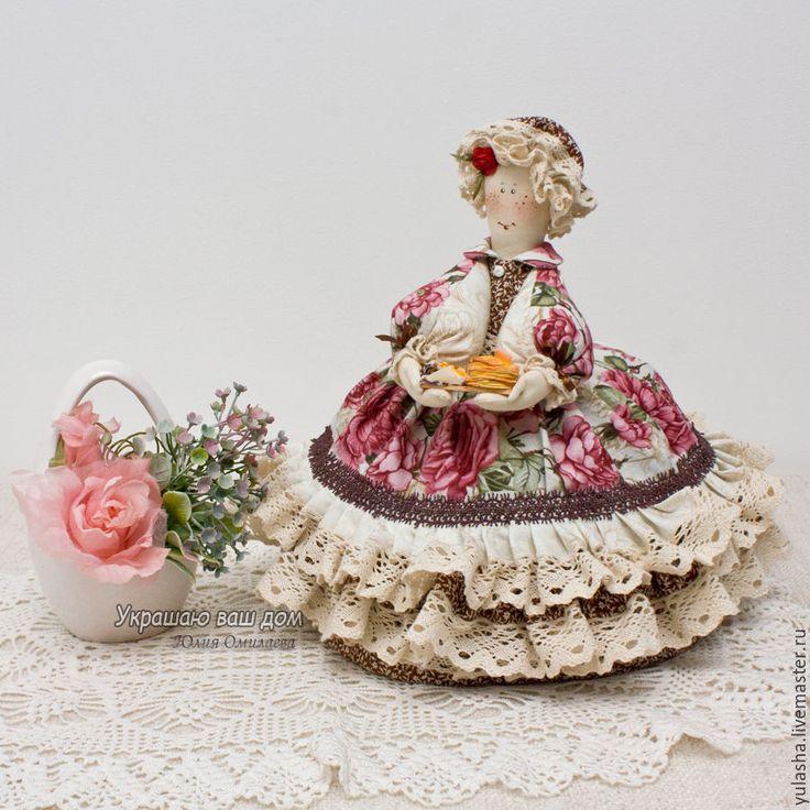 Купить или заказать Кукла - Грелка  на чайник. 'Чай для друзей' в интернет-магазине на Ярмарке Мастеров. Ткни такой больше нет - повтор сделать не смогу! Но что-то в других тканях - добро пожаловать!!!! Цена грелки на чайник - 3400 руб -------------------------------------------------------- Грелка на чайник - это необычный и красивый подарок друзьям на новоселье, коллеге на юбилей, бабушке на день рождения или преподавателю на день учителя... Да мало ли поводов сделать красивый и нуж...