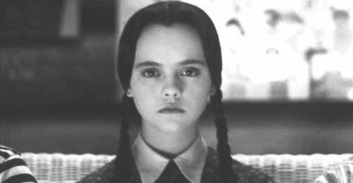Tú, cuando recibes una invitación para jugar Candy Crush: | 15 Pruebas de que Merlina Addams y tú son la misma persona.