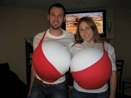 Dieses Pärchen hat sich für ein ganz originelles Kostüm entschieden: einen roten riesen BH. Ein wirklich merkwürdiges Pärchen-Kostüm. Als was gehen die Beiden denn dann nächstes Jahr? Als Suspensorium? | unfassbar.es