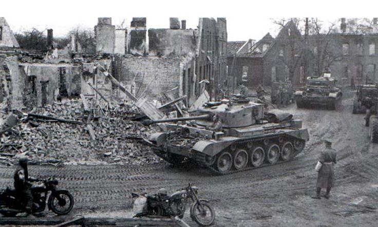 Tanque británico moviéndose por las calles de una destruida ciudad del noroeste de Alemania