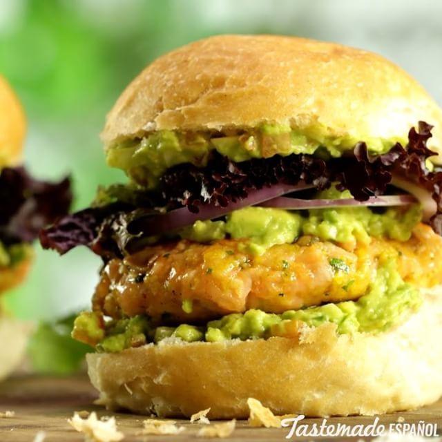 Hamburguesa de Salmón⠀ *Guarda esta receta en la app. Link en la bio*⠀ INGREDIENTES:⠀ 2 panes de #hamburguesa ⠀ 400 gr. de filet #salmon rosado⠀ 1 #huevo⠀ 1 #jalapeño picado⠀ ½ taza de #panko (o pan rallado)⠀ 2 cdas. de #cilantro picado⠀ 3 paltas/ #aguacate⠀ ½  #cebolla picada⠀ 1 #tomate perita en cubos (sin semillas)⠀ Jugo de 1 #limón o lima⠀ #Rúcula⠀ ½  cebolla morada en aros⠀ Oliva y sal⠀ PREPARACIÓN:⠀ Picar el salmón en cubos bien pequeños (sin piel), integrar con el huevo, ½  jalapeño…