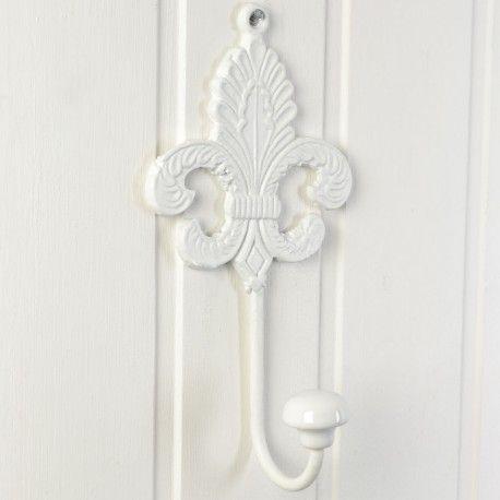 Mycket charmig stor och rejäl krok i vitmålat gjutjärn och emaljerad knopp.  Fransk romantisk gammaldags lantstil med fransk lilja.