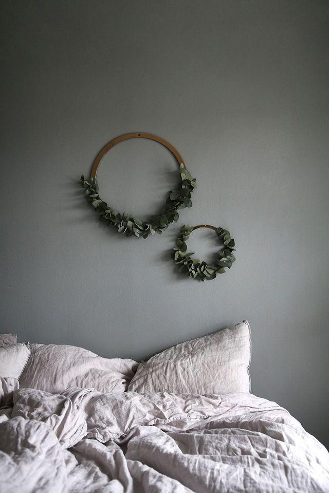 Simplicité et élégance font de ces couronnes de verdure l'atout charme dans la chambre à coucher
