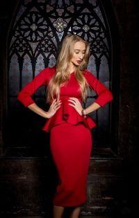 Комбинация топа и юбки с баской красного цвета