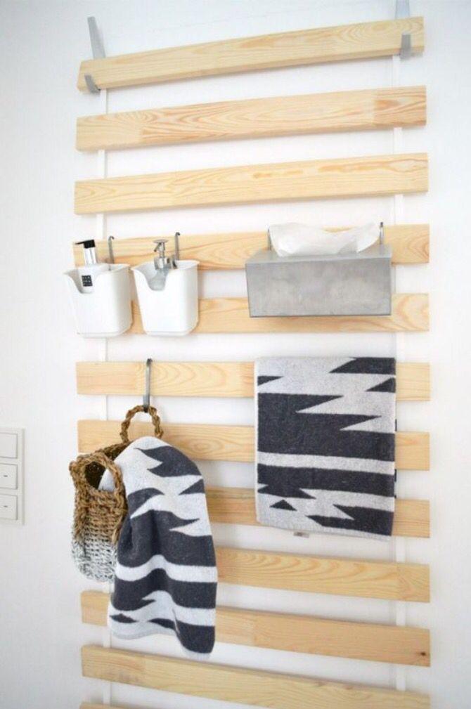 Hang een matrassenbodem van de IKEA (of een ander soortgelijke) op aan de badkamer muur, handig voor allerlei spulletjes.   Gevonden op: www.zelfmaakideetjes.nl