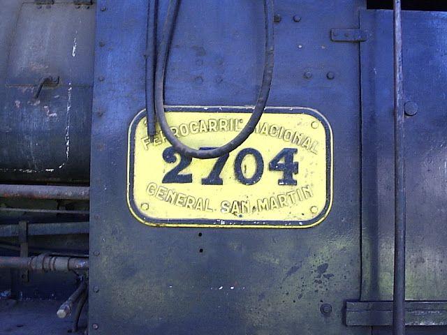"""Locomotora 2704 Ferrocarril General San Martín  Maquina pilota tipo tanque en los Talleres Pérez Propiedad del Ferroclub Central Argentino en la fotografia de mas abajo puede verse reluciente el frente de la 191. """"La Emperatriz"""""""
