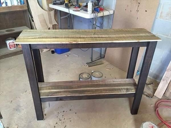Here a rustic DIY Pallet table is placed on the front of your eyes which's making style is so unique and every one can easily pic up this structure of table in the mind to make become properly in the home or on other places.