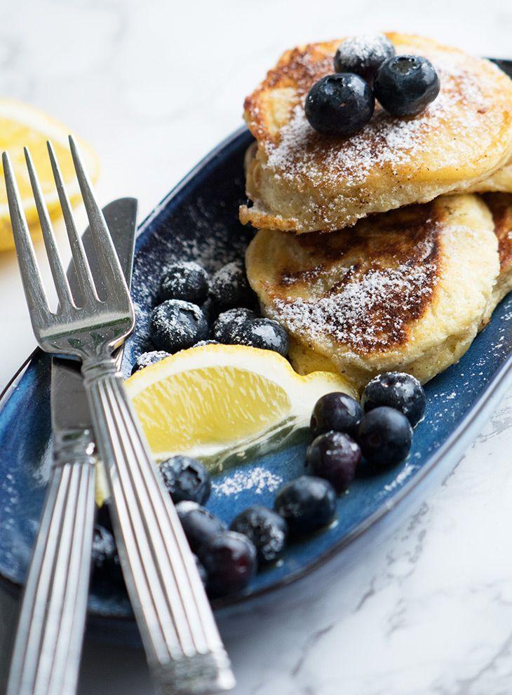 Lækker opskrift på luftige og skønne ricotta pandekager med citron - de er perfekte til morgenbordet og brunch - få opskriften her