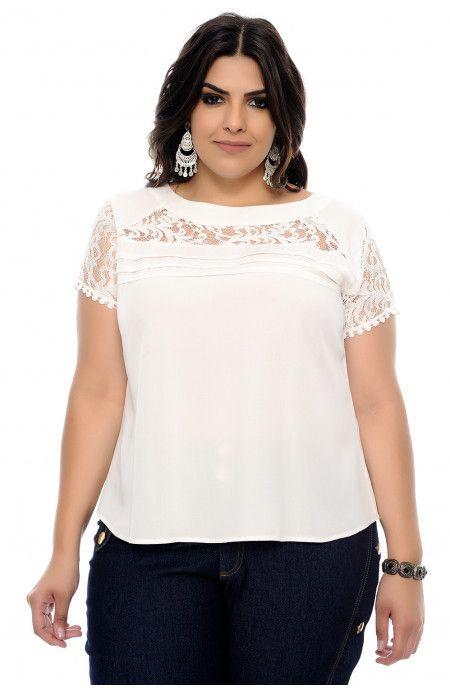 647e65e2c5 Blusa plus size off white de decote redondo e manga curta em renda. Tem  lindo
