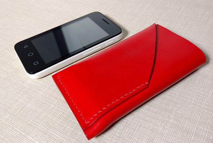 Комплект чехол для телефона и обложка на документы. Изделия выполнен из кожи растительного дубления красного цвета. Шитье вручную льняной вощеной нитью седельным швом.