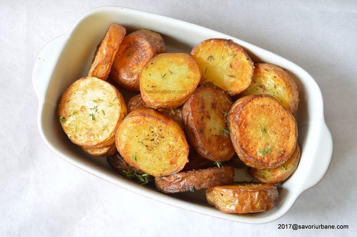 Cartofi prajiti la cuptor cu cimbru. Cartofi aurii si rumeni, aromati cu un pic de cimbru proaspat sau uscat, simpli si buni. Imi plac mult acesti cartofi