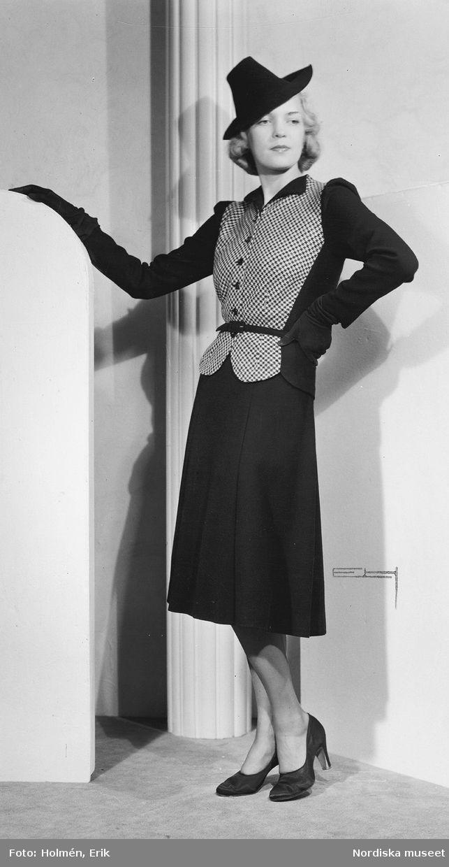 Från Edward Molyneux, 1939. Modell i svart dräkt med pepitarutig jacka, hatt, handskar och pumps. Modell: Margit Langlet. Foto: Erik Holmén