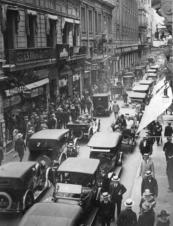 Calle Florida , 1923 . Todo el esplendor de Buenos Aires floreciente . . .