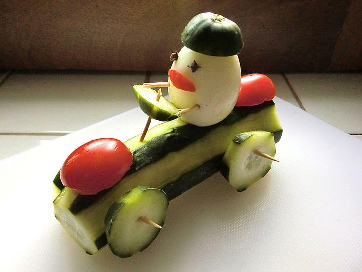 Rennfahrer mit Gurke, Tomate und Ei