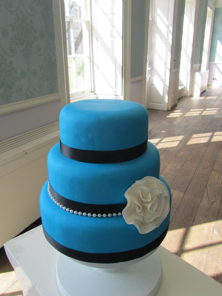 Royal blue, helmiä ja kukka - Royal blue pearls and a flower