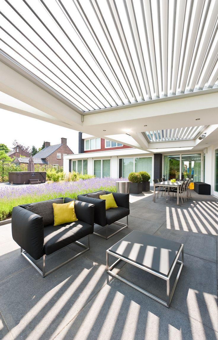 Livium louvredaken maken de terrasoverkapping of veranda lekker licht. Ze vormen een prachtig spel van schaduw en licht dat je helemaal zelf in de hand hebt.