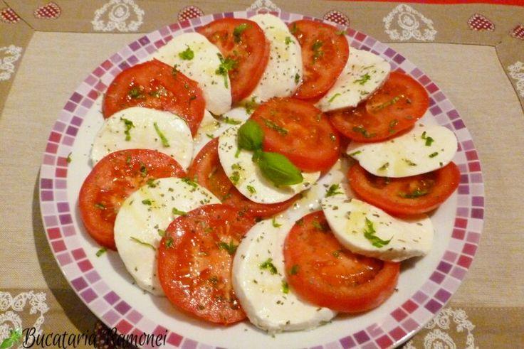 Vă pregătiți de masa de prânz? Dacă aveți la dispoziție mozzarella, roșii și busuioc verde puteți pregăti o delicioasă salată. Este foarte simplă, gustoasă și, estetic vorbind, drăguță. Mai multe detalii aici: http://bucatariaramonei.com/recipe-items/salata-caprese/ #salata #salad #mozzarella #caprese #italianfood #italy #italia #reteta #rosii