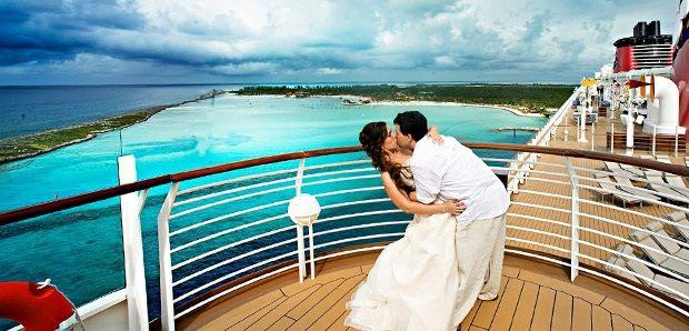 Bruiloft op een cruiseschip | Wat is romantischer dan op een zonnige locatie te trouwen en aansluitend als huwelijksreis een cruise te maken? Een aantal rederijen biedt speciale honeymoon pakketten aan waarbij voor champagne, bruidsfoto's, recepties, bruidstaarten etc. gezorgd wordt.