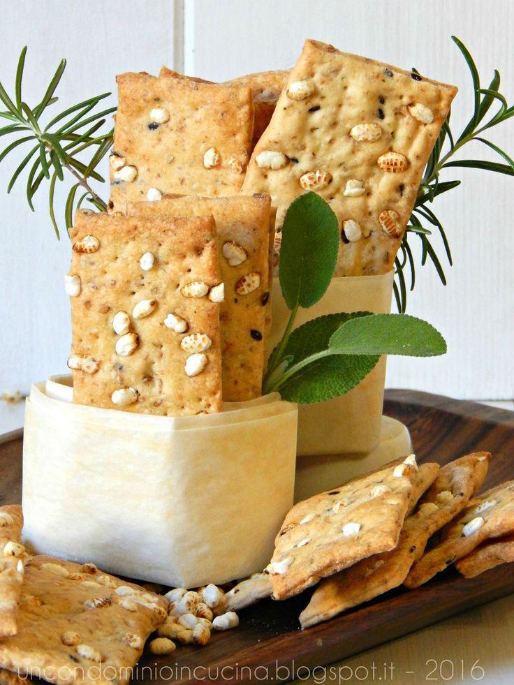 Un condominio in cucina: Cracker con riso soffiato, semi vari ed erbe di provenza