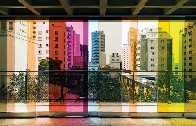 Com lirismo e humor, a artista Lúcia Koch criou o colorido dos painéis de vidro que dão vista para o miolo do bairro