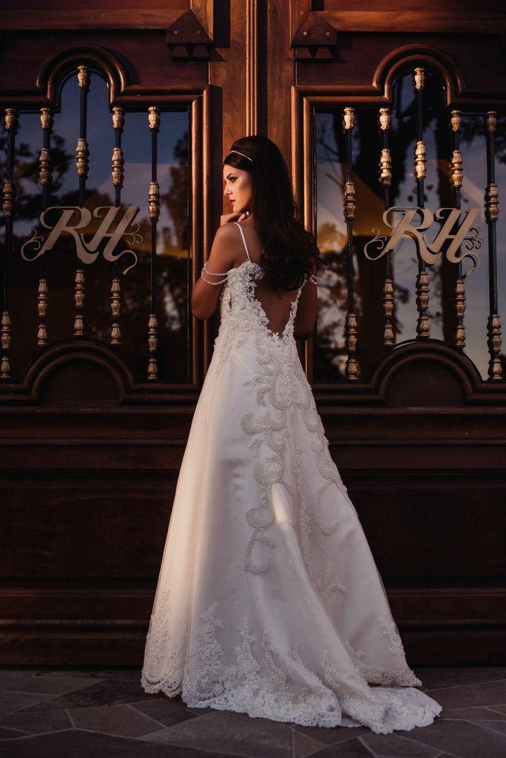 Modelo retrô e romântico para as noivas mais delicadas, com bordados de pérolas e detalhes nos ombros | Por Cozzire Alta Costura | Foto: Robison Kunz | Modelo: Morgana Kestering #expansaonoivas #noiva #bride #dress #wedding #casamento #vestido #branco #perola #retro #vintage #romantico
