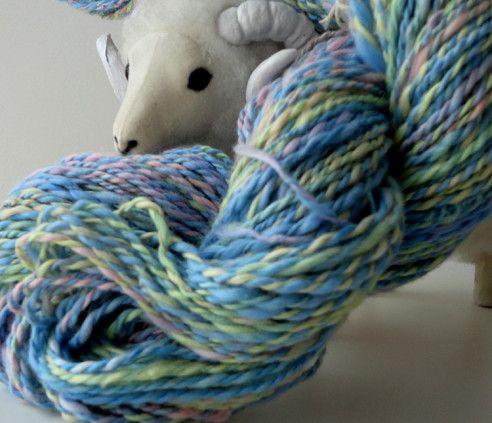 手紡ぎの綿双糸です。淡い虹色に染色したエジプト綿を紡ぎ、撚り合わせました。2本の糸がランダムにロンググラデーションで色が変化していくので、自然に多色の作品を作... ハンドメイド、手作り、手仕事品の通販・販売・購入ならCreema。