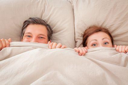 """Im Sketch """"Das Bett...ein Ort der Ruhe"""" über die Ehe geht es um ein Pärchen, welches sich ein Bett kaufen möchte, darin aber einen Streit vom Zaun bricht."""
