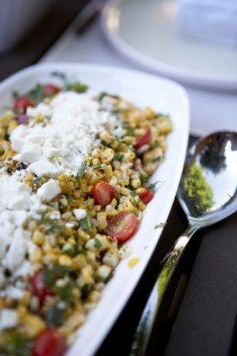 Салат из кукурузы, козьего сыра и помидоров черри