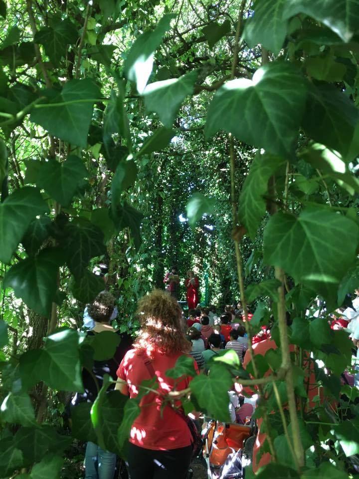 Alessia Canducci e Alfonso Cuccurullo leggono Roald Dahl in una quasi cattedrale vegetale, un lungo e bellissimo tunnel verde nato in origine per ospitrare il gioco dell bocce