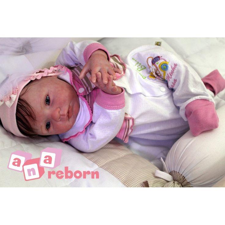 Lilly é um bebê novinha com cerca de 2 a 3 mês de idade.  *roupinha meramente ilustrativa*   Feita a partir de material em vinil, extremamente macio e imitando a pele de um bebê na cor de pêssego! Cabelo implantado fio a fio, manchinhas, veinhas, unhas, cheirinho de bebê, peso real, pintura com tinta especial (importada)  SOMENTE 12X de R$166,47 + frete gratis  - See more at: https://anareborn.com.br/lilly