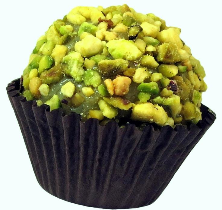 Brigadeiro de Pistache - sucesso absoluto, tem massa com sabor marcante de pistache  boleada com pedacinhos de pistache levemente tostados. http://www.pontodebrigadeiro.com.br/#!sabores/cee5