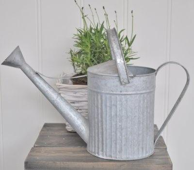 Snygg vattenkanna i räfflad zink med två olika handtag och vattenspridare i munstycket.