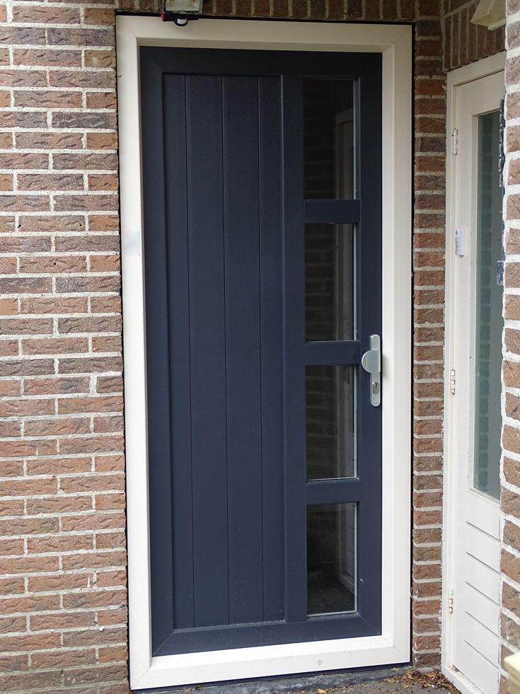 Voordeur (kunststof) in kleur antraciet, figuurglas mogelijk.