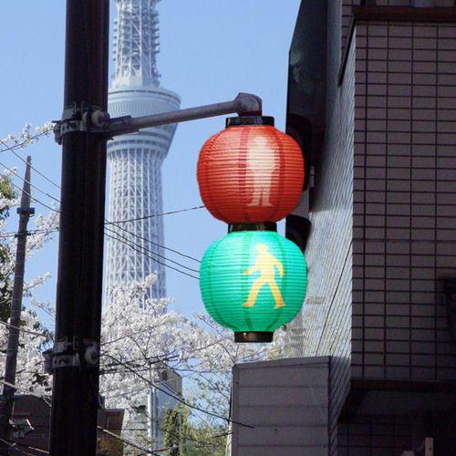 Japanese Lantern Signal - 提灯信号機  お江戸の粋な信号機。赤信号を居酒屋と見間違えるようであれば、それはもう明らかに酔っぱらっています。早めのご帰宅をお勧めします。