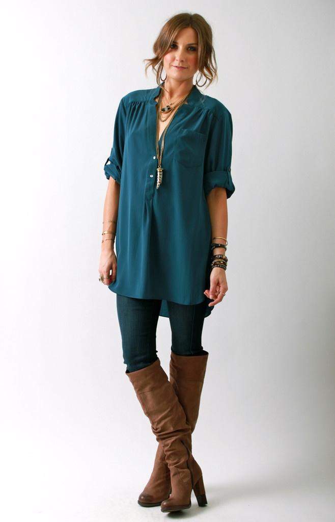 ЦВЕТ! Синий топ + цвет сапогов. Вообще хорошее сочетание рубашки + джинсы-скини + сапоги. И длинный кулон!!!