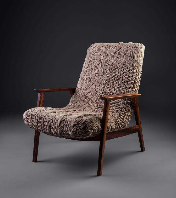 Poltrona Gelli Tranças Cáqui | Poltrona marca Gelli, anos 60 em madeira de lei. Estofado tricotado à mão em aproximadamente 40h de trabalho. Aplicações em Crochet.