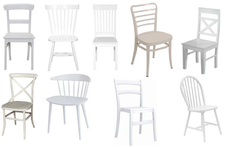 Een enorme houten tafel met verschillende witte stoelen er aan!