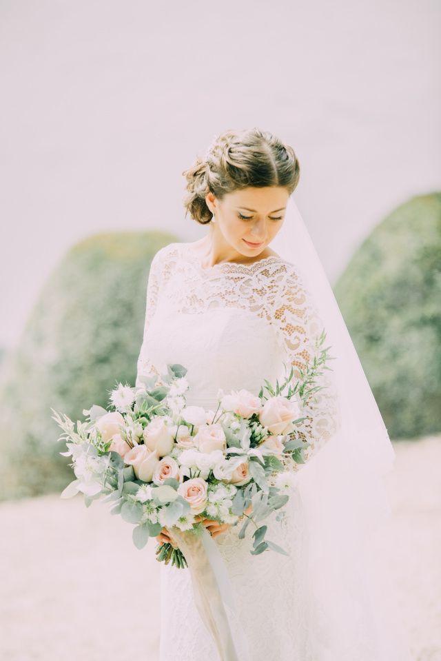 Credit: Fotosolo - huwelijk (ritueel), bruid, bloem (plant), meisje, bruids, hoofddeksel, vrouw, bloemstuk, mooi, portret, natuur, jurk, huwelijk (burgerlijke staat), mode, liefde, zomer, romantisch, volk, bruidegom, model