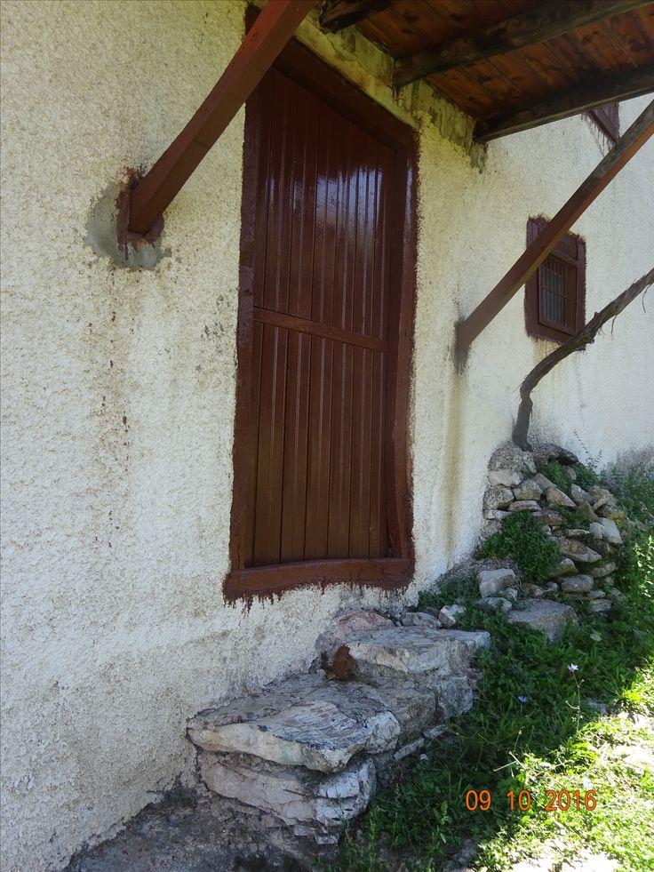 Λιτή ξύλινη εξώθυρα σπιτιού σε κάτω γειτονιά της Ανδρίτσαινας, φωτ: Έφη Χατζηνάσου